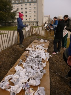 On commence par une couche d' 1cm de carton, puis 10 de papiers ou journaux, et 10cm de branchages. Enfin on arrose le tout !