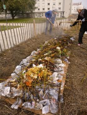 On ajoute de la matière verte. Ici nous avons utilisé du compost frais ( épluchures, déchets verts) mais on peut aussi mettre de l'herbe fraichement coupée (matière azotée). Ensuite on recouvre d'une couche de 5cm de feuilles mortes ou de paille ( matière carbonée).